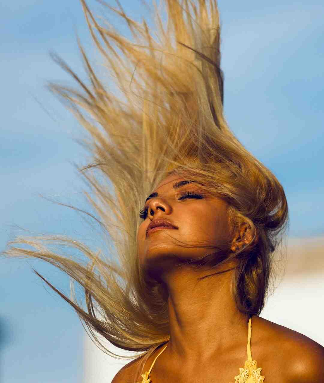 Comment coiffer les cheveux naturellement bouclés